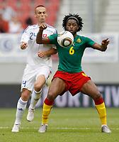 Fotball<br /> Kamerun v Slovakia<br /> 29.05.2010<br /> Klagenfurt Østerrike<br /> Foto: Gepa/Digitalsport<br /> NORWAY ONLY<br /> <br /> FIFA Weltmeisterschaft 2010 in Suedafrika, Vorberichte, Soccer Camps Kaernten, Vorbereitung, Vorbereitungsspiel, Freundschaftsspiel, Laenderspiel, Kamerun vs Slowakei. <br /> <br /> Bild zeigt Mamil Kopunek (SVK) und Alexandre Song (CMR)