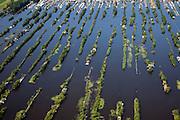 Nederland, Utrecht, Gemeente Breukelen, 25-05-2010; Trekgaten (Loosdrechtsche Plassen) met op de legakkers vakantiehuisjes. Legakkers zijn ontstaan door het afgraven van ht laagveen en werden gebruikt om het veen te drogen en turf te produceren (turven), de resterende stroken water zijn trekgaten..Water landscape as the result of peat extraction.luchtfoto (toeslag), aerial photo (additional fee required).foto/photo Siebe Swart