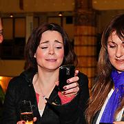 NLD/Amsterdam/20110125 - Opening Amsterdamse Effectenbeurs door cast Legally Blond, Albert verlinde kijkt samen met Kim-Lian van der Meij en Laura Vlasblom naar het resultaat van de gemaakte foto