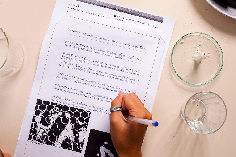 Belo Horizonte_MG, Brasil...Na foto, alunos da da E.E. Leon Renault, leem instrucoes para experiencias em laboratorio...In this photo, students is reading the instructions about laboratory experiments...Foto: LEO DRUMOND / NITRO