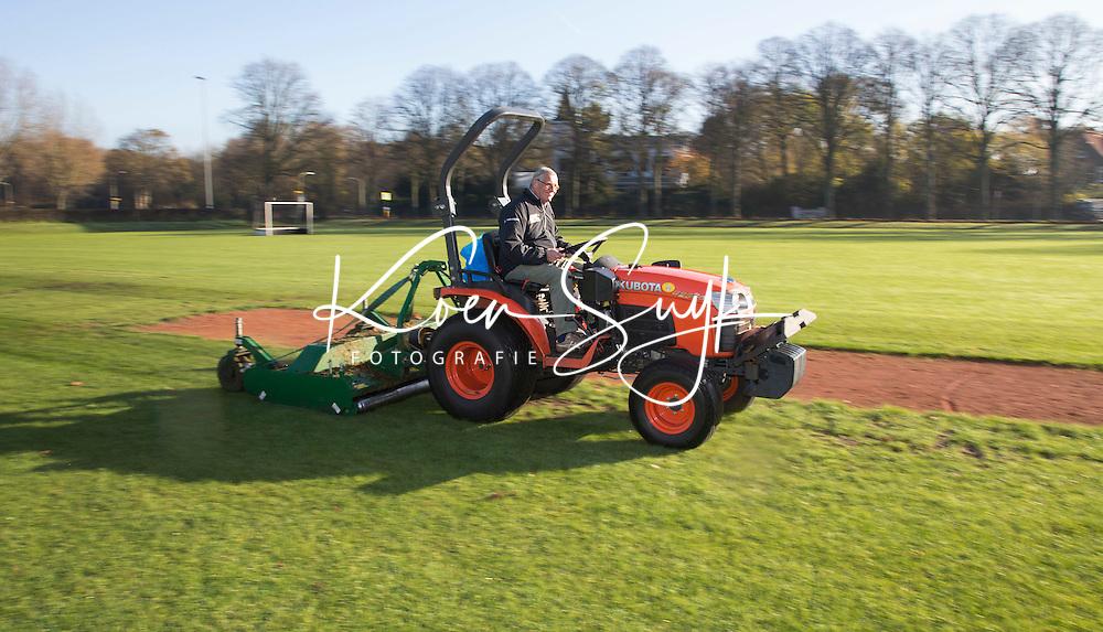 BLOEMENDAAL - Hockey op ECHT gras. HC Bloemendaal .  Arie Goote (foto) maait het gras. COPYRIGHT KOEN SUYK