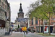 Nederland, Nijmegen, 17-12-2020 Lockdown in Nederland. De niet essentiele winkels zijn dicht. Kerstversiering hangt in de straten.Op de achtergrond de grote markt en de stevenskerk. Het is stil en leeg in de stad. Foto: ANP/ Hollandse Hoogte/ Flip Franssen