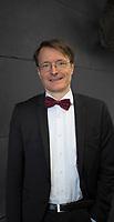 DEU, Deutschland, Germany, Berlin, 25.08.2015: Portrait Prof. Dr. Karl Lauterbach (SPD) vor einer Pressekonferenz zu seinem neuen Buch Die Krebs-Industrie.