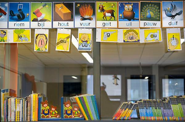 Nederland, Ubbergen, 18-2-2013In een klas op een basisschool hangen woorden tbv het taalonderwijs. Op een kast staan leesboeken voor kinderen.Foto: Flip Franssen/Hollandse Hoogte