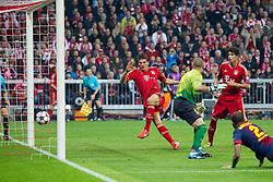 23-04-2013 VOETBAL: UEFA CL SEMI FINAL FC BAYERN MUNCHEN - FC BARCELONA: MUNCHEN<br /> Alexis Sanchez (Barcelona #9) kann Philipp Lahm (FCB #21) nicht abhaengenTor zum 2-0 durch Mario Gomez (FCB #33) mit Javi Martinez (FCB #8)***NETHERLANDS ONLY***<br /> ©2013-FotoHoogendoorn.nl