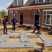 Officiele sleutel overhandiging eerste woningen Noorderbuurt Mayonnaterrein Huizen<br /> aanleg tuin, sierbestrating, bouw, zand