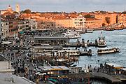 Venetië is wereldwijd bekend om het historische centrum met zijn vele kanalen en heeft een belangrijke rol gespeeld in de wereldgeschiedenis. Sinds 1987 staan Venetië en zijn lagune op de Werelderfgoedlijst van de UNESCO.<br /> <br /> Venice is known worldwide for the historic center with its many canals and has played an important role in world history. standing Since 1987 Venice and its lagoon on the World Heritage List of UNESCO.<br /> <br /> op de foto / On the photo:  Het Palazzo Ducale, naast de basiliek, gaat terug tot de 9e eeuw en deed niet alleen dienst als woning van de doge, maar ook als gerechtshof en als stadhuis. <br /> <br /> The Palazzo Ducale, next to the basilica, dates back to the 9th century and did not only serve as a residence of the Doge, as well as court and town hall.
