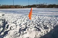 BLOEMENDAAL  - Winter 2021. Illustratie. Enkele vrijwillers proberen met man en macht het hoofdveld van hockeyclub Bloemendaal sneeuwvrij te maken. Een onbegonnen opgaaf.   COPYRIGHT  KOEN SUYK