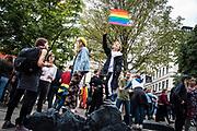 Ungdomar från Viktor Rydbergs gymnasium arrangerade manifestation mot nazismen på Raoul Wallenbergs torg i Stockholm.
