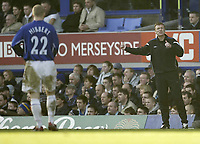 Photo: Aidan Ellis.<br /> Everton v Arsenal. The Barclays Premiership. 21/01/2006.<br /> Everton manager David Moyes talks to Tony Hibbert