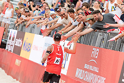 30.07.2017, Donauinsel, Wien, AUT, FIVB Beach Volleyball WM, Wien 2017, Herren, Gruppe L, im Bild Clemens Doppler (AUT) mit Fans // Clemens Doppler of Austria with fans during the men's group L match of 2017 FIVB Beach Volleyball World Championships at the Donauinsel in Wien, Austria on 2017/07/30. EXPA Pictures © 2017, PhotoCredit: EXPA/ Sebastian Pucher