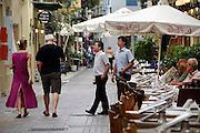 Griekenland, Nafplion, 5-7-2008Ober probeert buitenlandse toeristen aan een tafeltje van zijn restaurant te krijgen.Foto: Flip Franssen