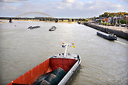 Nederland, Nijmegen, 8-7-2013 Binnenvaartschip, een zesbaks duwcombinatie, met kolen en ijzererts vaart over de Waal bij Nijmegen .  De Waal is het Nederlandse deel van de Rijn en de belangrijkste vaarroute van en naar Rotterdam en Duitsland . Aftakkingen zijn de minder bevaren Neder Rijn en IJssel.Foto: ANP/ Hollandse Hoogte/ Flip Franssen