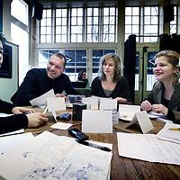 Nederland, Amsterdam , 17 december 2010..Het Filosofisch Laboratorium is een samenwerkingsverband van drie jonge, eigenzinnige en kunstzinnige filosofen uit ons netwerk: Kiki Verbeek, (rechts achter) Mita Visser (midden) en Fred Woerden,(2e van links) allen oud-gezellen van Het Nieuwe Trivium.??Op basis van hun jarenlange (socratische) gesprekservaring hebben ze een nieuw en modern instrument ontwikkeld voor praktisch-filosofisch onderzoek van dagelijkse vragen. Het onderzoek vindt plaats in een groep en ieder is met zijn eigen vraag bezig. Alle soorten vragen zijn een geschikt uitgangspunt voor onderzoek. Het maakt niet uit welke vraag je kiest of hoe je de vraag formuleert, van belang is dat het een vraag is die je bezighoudt en waar je antwoord op wilt. Vragen die je lastig vindt, worden een plezier om mee aan de slag te gaan..Foto:Jean-Pierre Jans