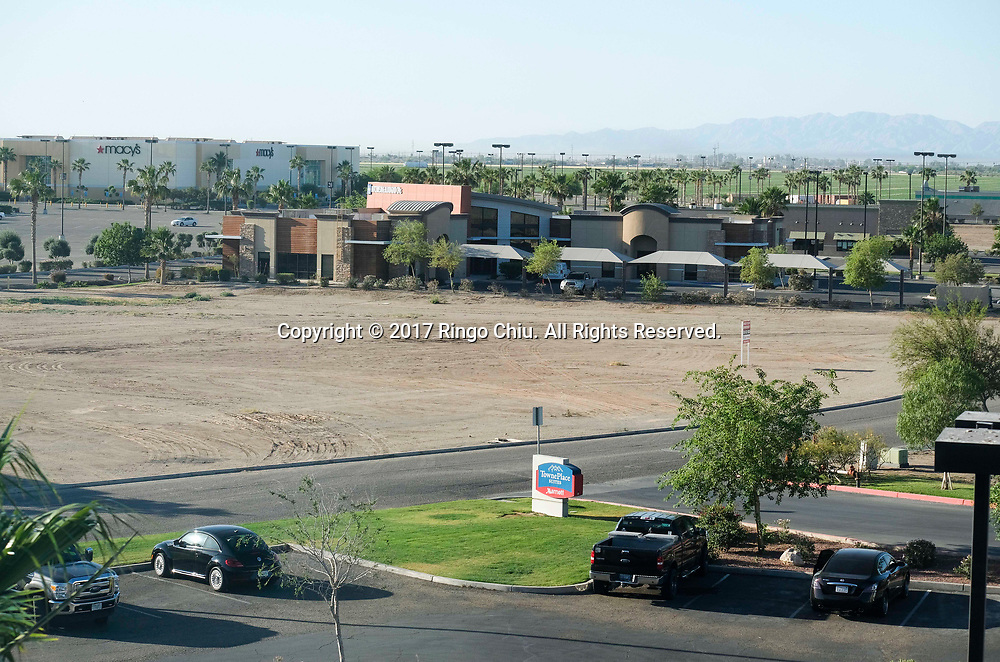A view of shopping center in Calexico (the US and Mexico border), California on Wednesday April 19, 2017. (Xinhua/Zhao Hanrong)