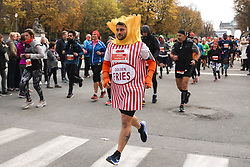 2018?10?28?.    ????????——???????????????.     10?28????????????????????.    ???????????????????????????????????????????????????????????????????6.5????????1???????????.     ?????????  ?32496539019..(SP)BELGIUM-BRUSSELS-MARATHON.A runner dressed up as the Belgian fries take part in the half-marathon race in Brussels, Belgium, Oct. 28, 2018. The Brussels Marathon and Half Marathon 2018 was held on Sunday, attracting runners from all over the world. (Credit Image: © Zheng Huansong/Xinhua via ZUMA Wire)