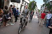 De Utrechtse burgermeester Aleid Wolfsen komt met de fiets aan bij café Kalff.<br /> <br /> The mayor of Utrecht, Aleid Wolfsen, is arriving with a bike.