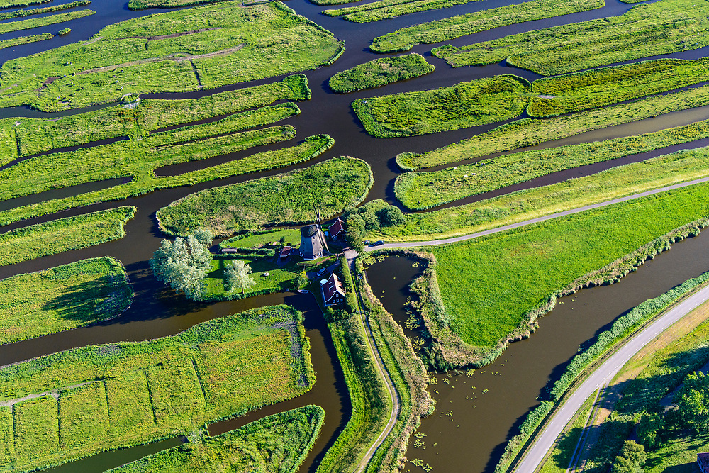 Nederland, Noord-Holland, Gemeente Schermer, 13-06-2017; Grootschermer met de Eilandspolder. De Beemster aan de horizon, poldermolen De Havik (bewoond door Hans Dulfer). De Eilandspolder is een vaarland of vaarpolder (landerijen niet bereikbaar via de weg). Kenmerkend voor polder is de onregelmatige verkaveling. Natura 2000 laagveen natuurgebied.<br /> The polder Eilandspolder in the foreground has an irregular land division.<br /> luchtfoto (toeslag op standard tarieven);<br /> aerial photo (additional fee required);<br /> copyright foto/photo Siebe Swart