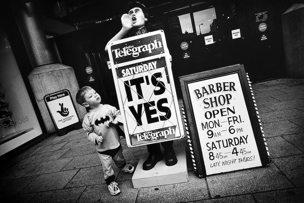 C'est OUI. Pas d'enthousiasme populaire, les Irlandais se sont félicités entre voisins, seule la presse clame le résultat.