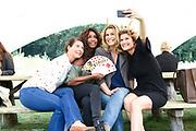Kick-off van de muzikale comedy Opvliegers 3, New York in de weldadige kruidentuinen van A. Vogel.<br /> <br /> Op de foto:  Antje Monteiro, Anouk van Nes, Joanne Telesford en Sandra Mattie