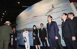 US-Präsident Barack Obama und Japans Premier Shinzo Abe beim Gedenken an die Opfer des japanischen Angriffs auf Pearl Harbor vor 75 Jahren / 271216<br /> <br /> <br /> <br /> ***Japanese Prime Minister Shinzo Abe (3rd from R) visits USS Arizona Memorial Visitor Center in Hawaii on Dec. 27, 2016. At Pearl Harbor, Abe, together with U.S. President Barack Obama, commemorated those who died in the Japanese surprise attack there in 1941.***