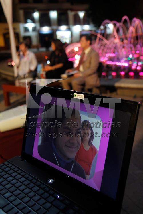 METEPEC, Mex.- Ana Lilia Herrera Anzaldo, alcaldesa de Metepec anuncio que se realizaran acciones importantes para prevenir el cáncer de mama y cervicouterino  e ilumino de color rosa el centro de este municipio, iniciando por la fuente que se ubica en el Parque Juárez. Agencia MVT / Crisanta Espinosa. (DIGITAL)<br /> <br /> NO ARCHIVAR - NO ARCHIVE