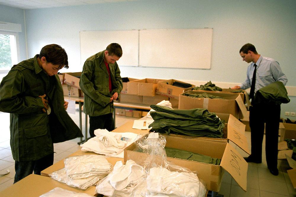 Arrivée de nouvelles recrues, distribution d'uniformes. Centre d'insertion de Velet, Bourgogne, novembre 2005.<br /> <br /> Arrival of new recruits, uniforme distribution. Velet insertion center, Bourgogne, November of 2005.