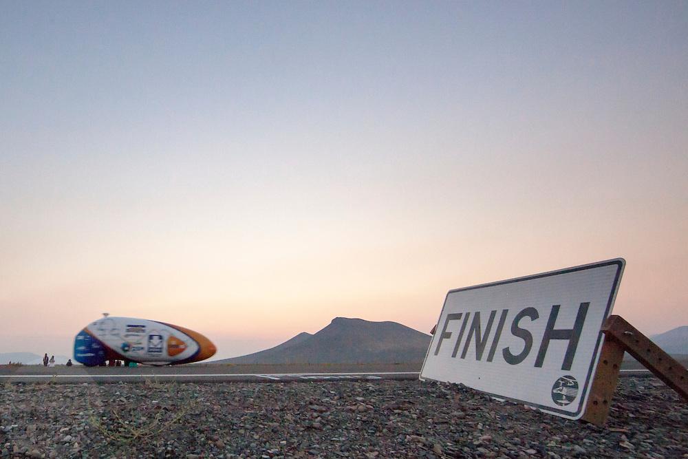 De VeloX4 passeert de finish.Het Human Power Team Delft en Amsterdam (HPT), dat bestaat uit studenten van de TU Delft en de VU Amsterdam, is in Amerika om te proberen het record snelfietsen te verbreken. Momenteel zijn zij recordhouder, in 2013 reed Sebastiaan Bowier 133,78 km/h in de VeloX3. In Battle Mountain (Nevada) wordt ieder jaar de World Human Powered Speed Challenge gehouden. Tijdens deze wedstrijd wordt geprobeerd zo hard mogelijk te fietsen op pure menskracht. Ze halen snelheden tot 133 km/h. De deelnemers bestaan zowel uit teams van universiteiten als uit hobbyisten. Met de gestroomlijnde fietsen willen ze laten zien wat mogelijk is met menskracht. De speciale ligfietsen kunnen gezien worden als de Formule 1 van het fietsen. De kennis die wordt opgedaan wordt ook gebruikt om duurzaam vervoer verder te ontwikkelen.<br /> <br /> The VeloX4 passes the finish. The Human Power Team Delft and Amsterdam, a team by students of the TU Delft and the VU Amsterdam, is in America to set a new  world record speed cycling. I 2013 the team broke the record, Sebastiaan Bowier rode 133,78 km/h (83,13 mph) with the VeloX3. In Battle Mountain (Nevada) each year the World Human Powered Speed Challenge is held. During this race they try to ride on pure manpower as hard as possible. Speeds up to 133 km/h are reached. The participants consist of both teams from universities and from hobbyists. With the sleek bikes they want to show what is possible with human power. The special recumbent bicycles can be seen as the Formula 1 of the bicycle. The knowledge gained is also used to develop sustainable transport.
