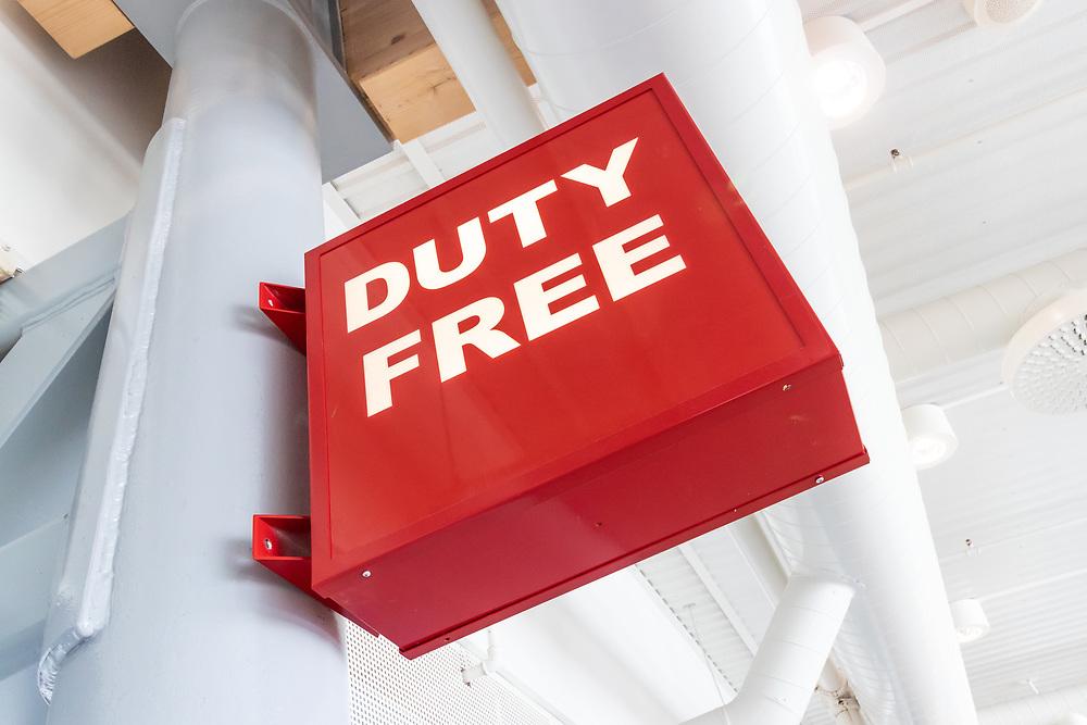 Skilting i Harstad/Narvik lufthavn Evenes som markerer område for tax-free-handel med et skilt med tekst «duty free».