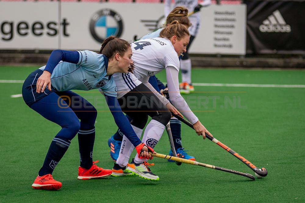 LAREN -  Hockey Hoofdklasse Dames: Laren v Pinoké, seizoen 2020-2021. Foto: Sophie Schelfhout (Laren) en Anouk Lambers (Pinoké)