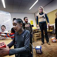 Nederland, amsterdam , 17 januari 2012..Juffrouw Petra van Montessori-school Regenboog in Gein Amsterdam Zuid Ooost hanteert een enigszins  onconventionele lesmethode tijdens de rekenklas..Foto:Jean-Pierre Jans
