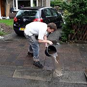 NLD/Huizen/20070623 - Wateroverlast en onder gelopen kelder Driftweg Huizen na regenbui