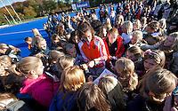 ARNHEM - Naomi van As deelt handtekeningen uit, woensdag bij de hockey-oefeninterland tussen de dames van Nederland en Belgie (3-1)  op het nieuwe blauwe kunstgras van HC Upward in Arnhem. Foto Koen Suyk