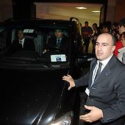 ITA/Rome/20061117 - Huwelijk Tom Cruise en Katie Holmes, fotografen en cameraploegen verdringen zich voor het hotel, terwijl ze in een geblindeerde auto vertrekken, beveiliging