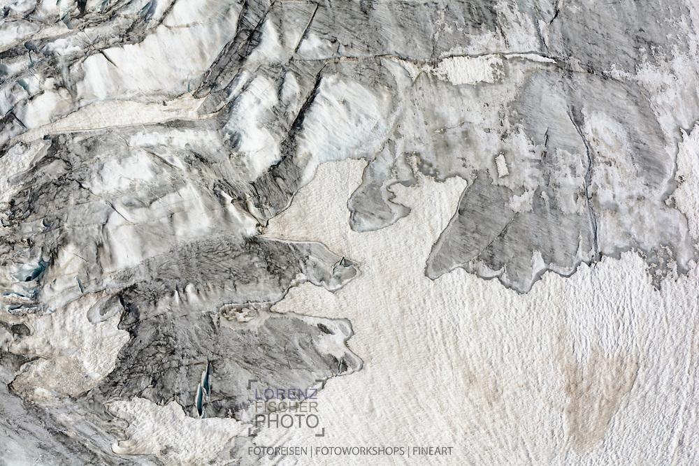 Impressionen von der Überschreitung des Dirruhorns (4035) von der Bordier-Hütte auf dem Riedgletscher über ein Couloir bis auf das Dirrujoch und via Gipfel auf dem Nordgrat bis zur Selle und über dieses Couloir retour. Eis- und Schnee-Strukturen auf dem Ried-Gletscher