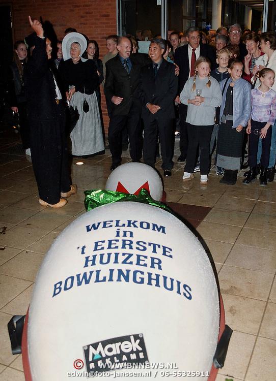 Aanbieden bowlingpin als opening Chandra Bowling Plein 2000 Huizen