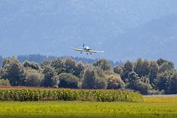 THEMENBILD - Einmotoriges Sportflugzeug, während der Landung am Flugplatz Lienz in Nikolsdorf, Aufgenommen am Montag, 13. August 2018. EXPA Pictures © 2018, PhotoCredit: EXPA/ Johann Groder