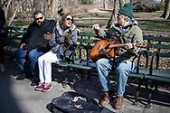 NEW YORK  2020V10<br /> <br /> Gatumusikanter vid Strawberry Fields i New York spelar Beatles och besökarna är inte sena med att haka på.<br /> <br /> Foto: Per Danielsson/Projekt.P
