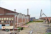 Nederlands, the Netherlands, Nijmegen, 4-11-2014Het gebouw van de voormalige Vasim waar een groep enhousiaste voorvechters van een bevrijdingsmuseum hun oog op hebben laten vallen. museum van de vrijheid, vrijheidsmuseum. De plannen van o.a. de gemeente en de initiatiefnemers komen echter miljoenen tekort, en critici voorspellen dat het museum, oorlogsmuseum, geen toekomst heeft vanwege de hoge kosten en te lage bezoekersaantallen. Inmiddels is het initiatief controversieel en heeft het Vfonds een toegezegde 6 miljoen teruggetrokken omdat de provincie Gelderland weigert er geld in te stoppen. Ook drie andere musea in de omgeving, het Airborne in Oosterbeek, Overloon en bevrijdingsmuseum Groesbeek, die aanvankelijk in het project meegingen haken nu af. Het gebouw ligt pal naast de brug de Oversteek die vernoemd is naar een heldhaftige crossing van de Waal tijdens operatie Market Garden in de 2e wereldoorlog, en herbergt nu de kunstspinnerij, tentenbedrijf de Markies en verschillende kleine culturele ondernemingen en kunstenaars.FOTO: FLIP FRANSSEN/ HOLLANDSE HOOGTE
