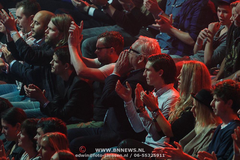 NLD/Hilversum/20131107- The Voice of Holland 1e live uitzending, vader Ernst Daniel Smid en partner Diederik Jekel kijken naar optreden van Coosje Smid