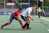 AMSTELVEEN -  Bram Huijbregts (Amsterdam) met Ladislao Gencarelli (Tilburg)  tijdens de hockey hoofdklasse competitiewedstrijd  heren, Amsterdam-HC Tilburg (3-0).  COPYRIGHT KOEN SUYK