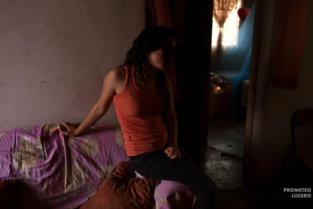 Suyapa Morales, de 13 años, cuya identidad real permanece oculta a petición, conversa durante una entrevista en Comayagua. (Prometeo Lucero)