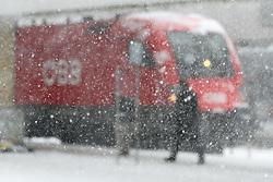 THEMENBILD - Winter in Wien, Österreich. Aufgrund von Schneefall kommt es in Wien zu einem Verkehrschaos und viele Züge sind verspätet, aufgenommen am 09. Februar 2015, . im Bild ein Zug der ÖBB hinter Schneefall // Winter in Vienna, Austria. The image was taken on 2015/02/09. AUT, EXPA Pictures © 2015, PhotoCredit: EXPA/ Sebastian Pucher