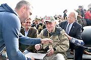 Nederland, Nijmegen, 21-9-2014Herdenking van De Oversteek, gedaan door amerikaanse soldaten, militairen tijdens de Tweede wereldoorlog. Bij stadsbrug De Oversteek speelt de Koninklijke Landmacht de Waalcrossing na met de 82nd Airborne Division. In drie shifts peddelen de militairen naar de overkant met aan boord de laatste 2 veteranen uit september 1944. De derde nog levende kwam te laat en miste de bootjes. Dit was Moffatt Burriss (foto), een hoogbejaarde veteraan van de 82nd Airborne Division, die de ochtend ervoor zijn legerjack met daarop al zijn onderscheidingen geschonken had aan burgemeester Hubert Bruls van Nijmegen. Re-enactors deden aan het spektakel mee. Een van de meest heroische acties tijdens operatie Market-Garden is de oversteek van de Waal bij Nijmegen in canvas bootjes door een eenheid van de 82nd Airborne Division om op te rukken naar de Waalbrug van Nijmegen. Deze herdenking is de laatste waar veteranen officieel aan deelnemen.FOTO: FLIP FRANSSEN/ HOLLANDSE HOOGTE
