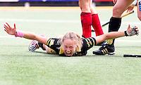 DEN BOSCH - Vreugde bij Den Bosch , nadat Maartje Paumen (m) zaterdag de Golden Goal heeft gemaakt, tegen Laren en daardoor de landstitel wint.