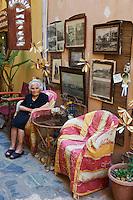 Grece, Crete, Chania (La canée), femme devant chez elle dans les anciennes ruelles // Greece, Crete island, Chania, women outside home