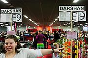 Een medewerker wijst de bezoekers voor de darshan naar de juiste plek. In de Expo in Houten is Mata Amritanandamayi, beter bekend als Amma of 'hugging mother', aanwezig om mensen te omhelzen en te inspireren. Het driedaags benefiet in Houten is het grootste spirituele festival in Nederland en zal naar verwachting 15.000 bezoekers trekken.<br /> <br /> A volunteer is helping visitors of the darshan to their seats. In the Expo in Houten people are gathering to get a darshan, or hug, by  Mata Amritanandamayi, also known as Amma or 'hugging mother'. Amma is travelling through the world to hug people for inspiring them to make a better world. Amma is one of the twelve most influence spiritual leaders of the world. The event in Houten lasts for three days and is the biggest spiritual event of The Netherlands.