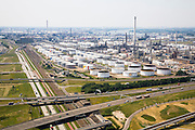 Nederland, Rotterdam, Pernis, 04-07-2006;  ShelPernis in Westelijke richting, olieopslagtanks met (rechts) chemische fabriek en links aan de horizon de olieraffinaderij, rechts rivier de Nieuwe Maas; Tanks for oistorageof the Shelcompany in Pernis, Rotterdam, chemicafactory (r) and at the horizon the oirefinery..luchtfoto (toeslag); aerial photo (additional fee required); .foto Siebe Swart / photo Siebe Swart