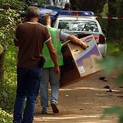 NLD/Huizen/20050906 - Verbrand lijk gevonden langs bospad Bussummerweg Huizen, lpd, doos, technische recherche,