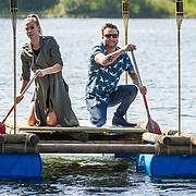 NLD/Maurik/20170904 - Deelnemers Expeditie Robinson 2017, Nicolette Kluijver en Dennis Weening op een vlot